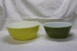 Pair of vintage Pyrex mixing bowls