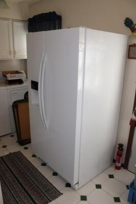 Amana refrigerator, very clean